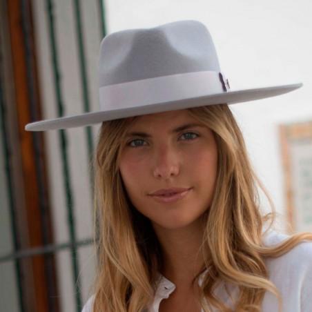 Sombrero de Fieltro Estilo Fedora en color gris claro de ala ancha