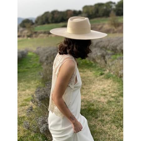 Sombrero de Boda Mujer Ala Rígida hecho en Fieltro de Lana, color Beige